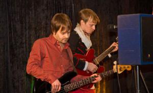 Fredrik Arvidsson på bas och Ulf Dernevik på gitarr