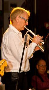 Kent Larsson spelar trumpet