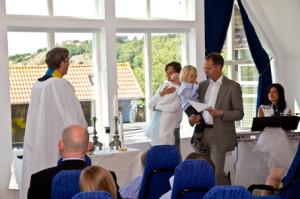 Präster håller tal till föräldrarna Kristina och Christer.