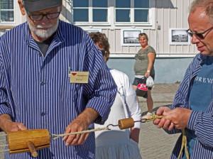 Bernt med träskallen (i handen) och Åke håller emot